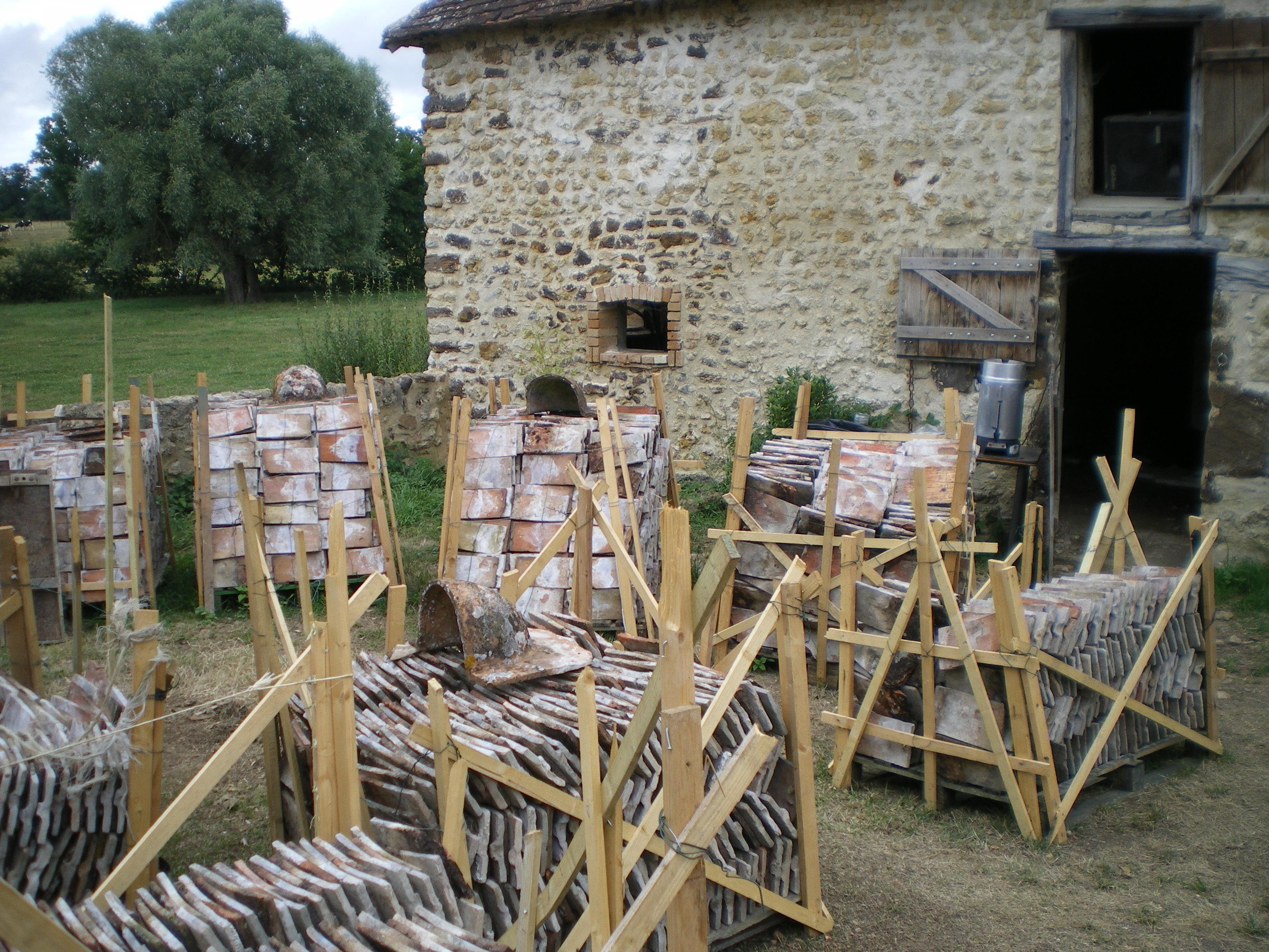 16000 tuiles anciennes ont été démontées, descendues  et nettoyées une par une pour réemploi.