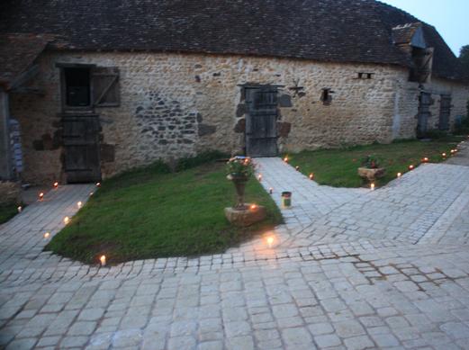 Le pavage de la cour et sa décoration ont non seulement permis d'assainir le terrain  mais aussi de créer une harmonie entre les bâtiments.