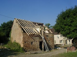 Tout un pan de la charpente et de la couverture avaient disparu, c'est pourquoi,dès 2000, la couverture fut refaite, de façon à sauver le bâtiment.