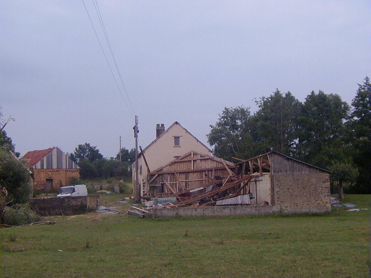 Le hangar, en partie emporté par la tempête de 2005, abritait la scierie et les machines agricoles du moulin.